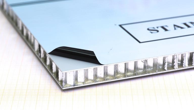 Decklagen: Aluminium EN AW-5754 AlMg3 1,0mm pulverbeschichtet, foliert Kern: Alu-Wabe ø9,5mm 38,5kg/m³